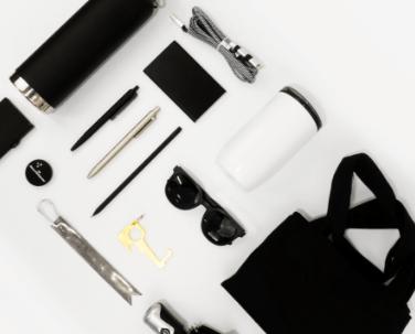 Olika profilprodukter, solglasögon, kasse, pennor mm.