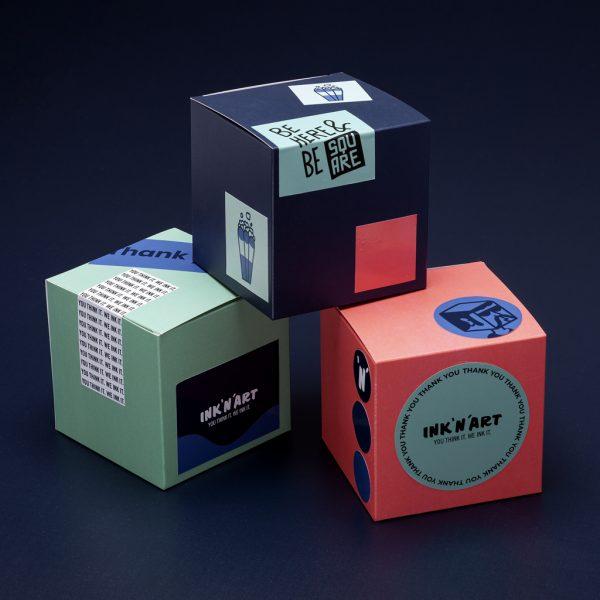 Färgglada lådor med klistermärken i olika format och storlekar